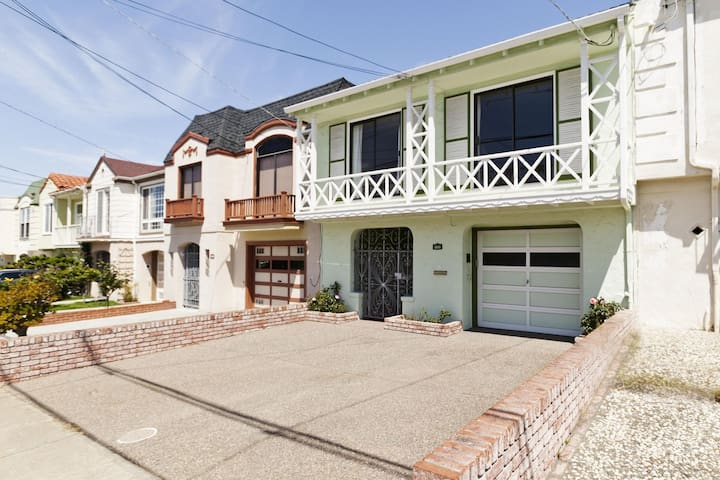 2000+ sq.ft Beautiful Home by the Beach! 4BR/2BA