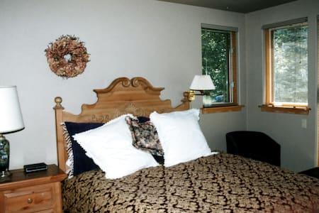 Alpine Creek B&B - Red Head Room - Vail