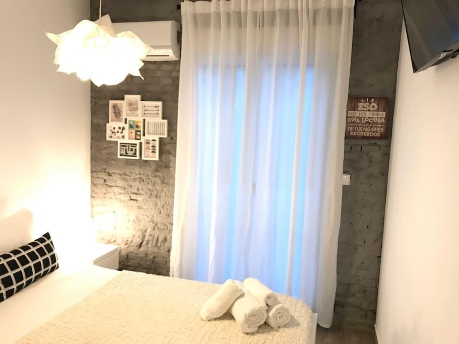 You are loved! Dormitorio, dos toallas grandes y 2 toallas medianas, sobre la cama.