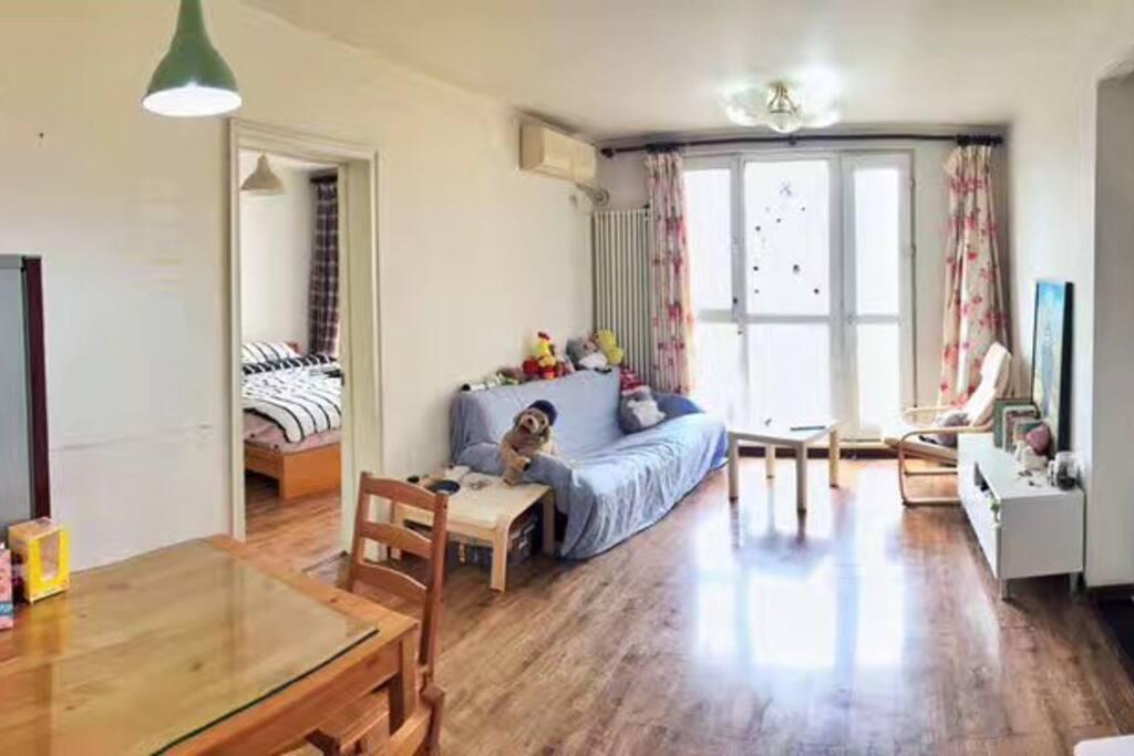 客厅,大落地窗。现在更美了,因为换了沙发颜色,窗子上多了星星
