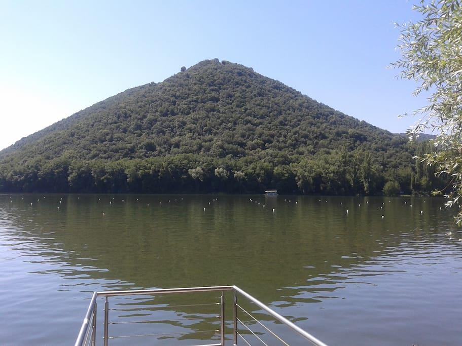 Pontile pubblico sottostante con accesso al lago