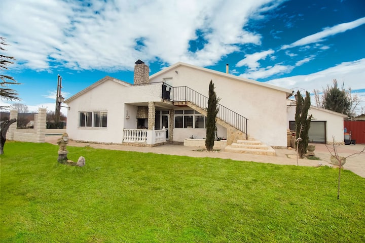 Geräumige Villa in Villamuriel de Cerrato mit Swimmingpool