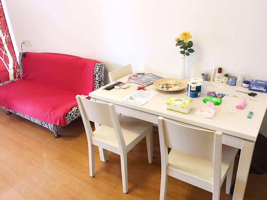 沙发与餐桌,配备基础日用,沙发可折叠成1.2mx1.5m的小床