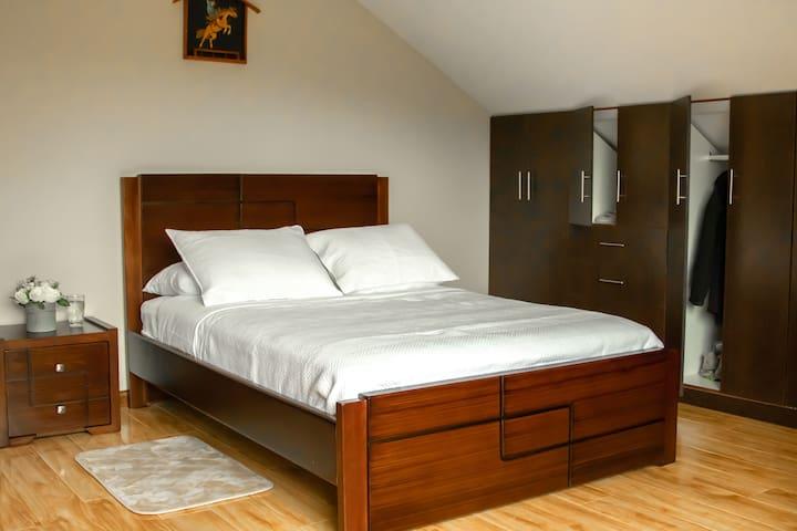 Ropa de cama y sábanas de gran calidad, así como almohadas suficientes como para iniciar una pequeña guerra de almohadas.