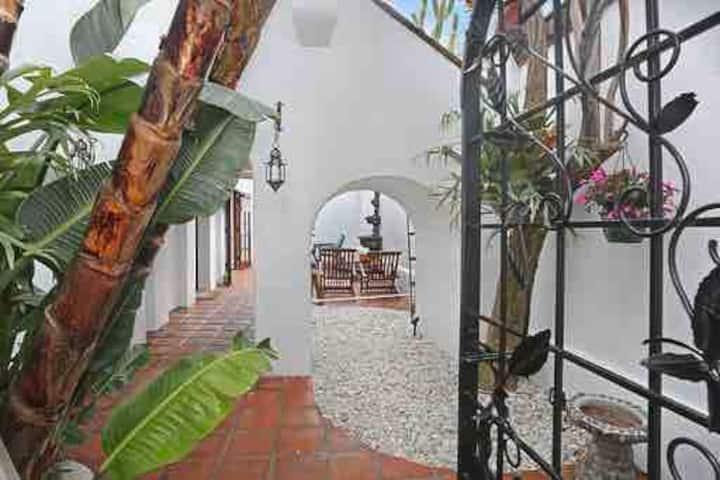 Spanish Beach Casa Apt by beach dwtn 4 night min