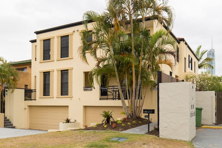 Sunset Villa in the Heart of Surfers Paradise