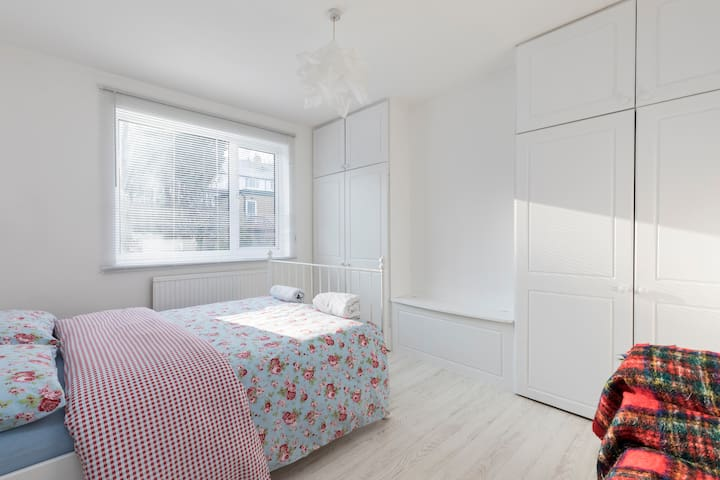10min walk to train/direct links london Brighton
