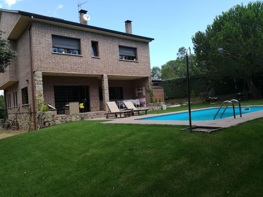 Gran chalet con piscina y vistas a la sierra chal s en for Alquiler verano sierra madrid piscina