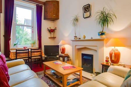 COSY Room in leafy Scotstoun area - Glasgow