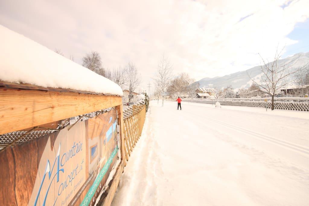 Langlaufloipe und Winterwanderweg direkt hinter dem Haus