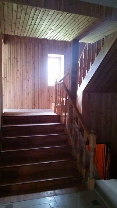 Большой просторный холл и широкая лестница