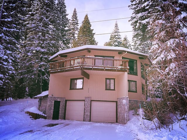 """Mystery House"" 5000sq ft. Homewood. Ski-in - Homewood - Maison"