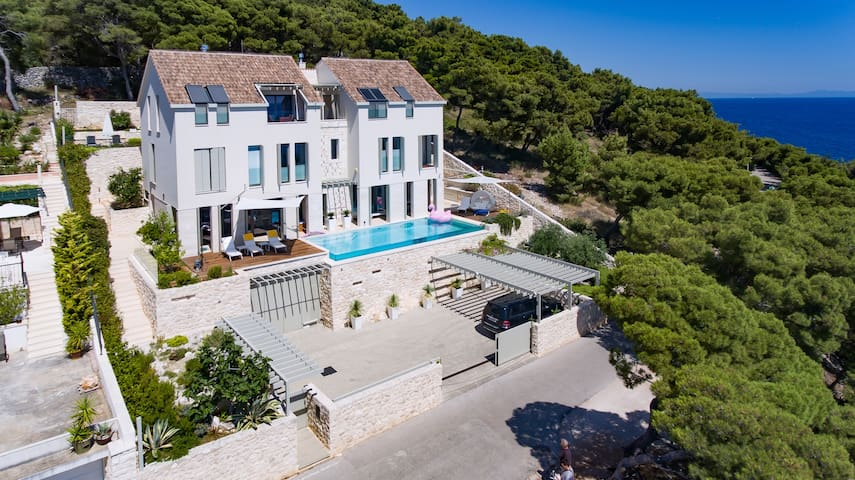 Modern, luxurious Oceanfront Studio Apt. ****
