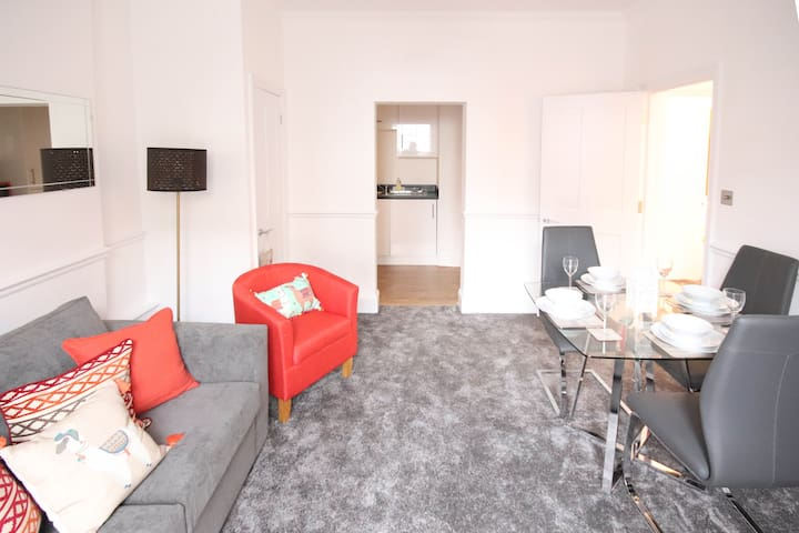 ❤STAYCATION❤ Private Apartment Central Leatherhead