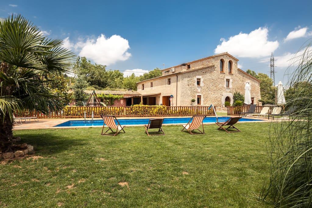 Magnifica masia rural 10min girona casas en alquiler en for Alquiler de casas con piscina privada que admiten perros