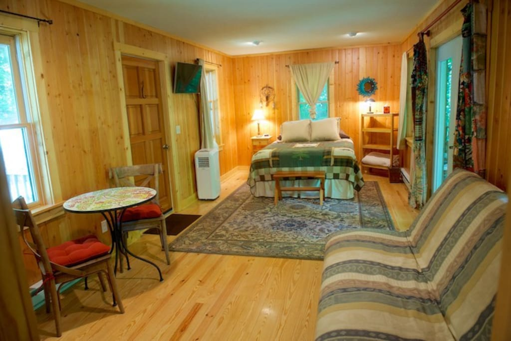 Queen size bed, table and chairs for two, futon...your cozy treehouse!