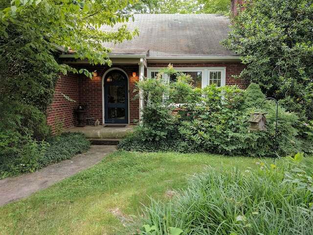 Charming Brick Cottage, walk to W&L and VMI