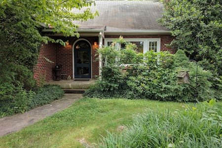 Charming Brick Cottage, walk to W&L and VMI