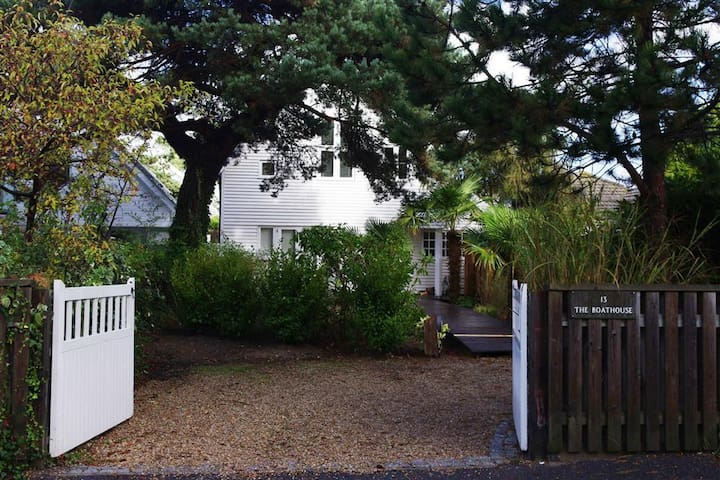 New England home on Sandbanks 5 mins from beach