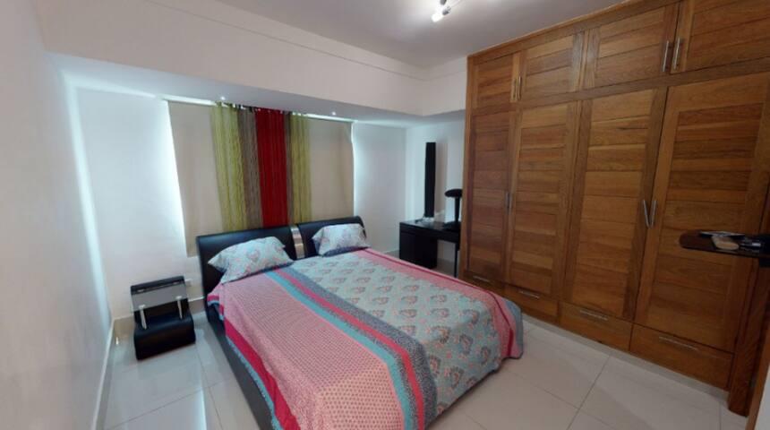 Habitacion Secundaria con Baño y Closet,  Cama Queen Y Mesita de Noche con Dos Gabinetes