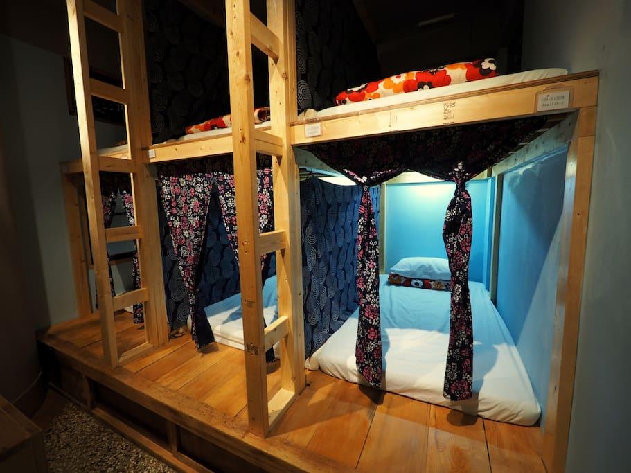 高級舒適的床墊、個人床舖隔簾、 閱讀燈、插座、掛勾、 附鎖置物櫃