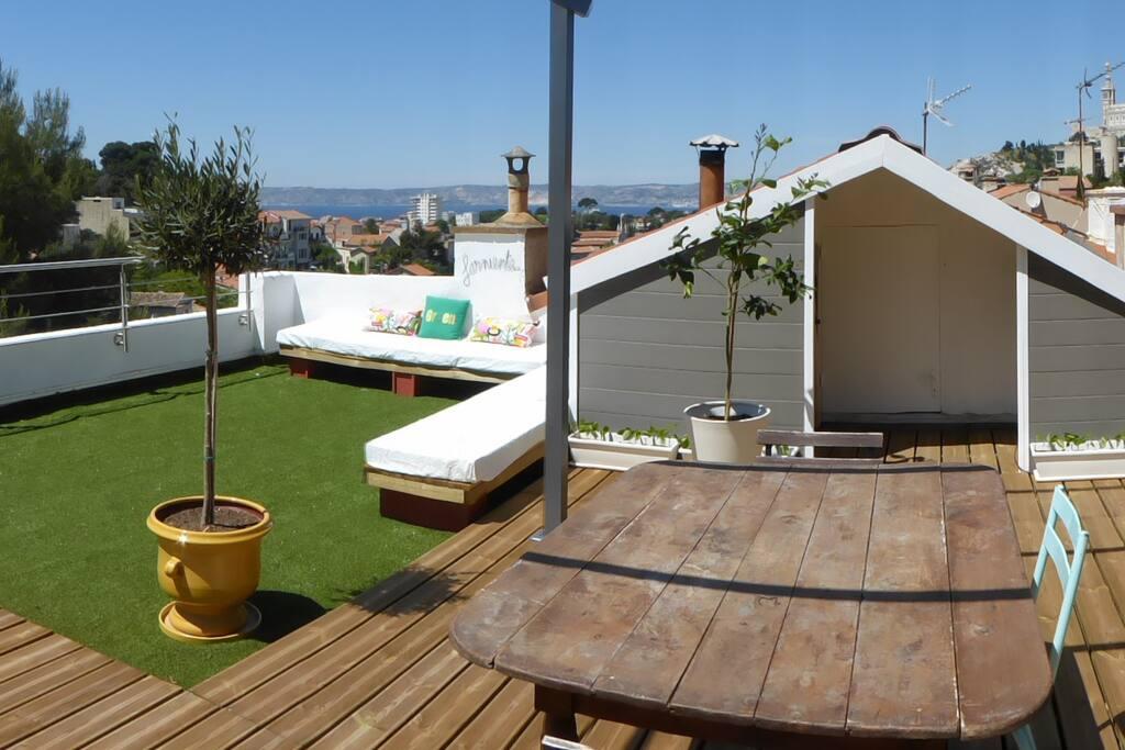Le toit terrasse et la vue mer, au loin, les îles
