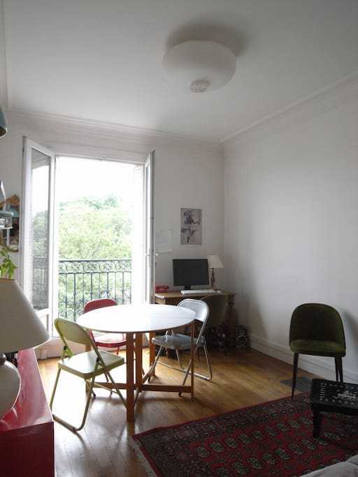 The dining-living room / Le salon-salle à manger