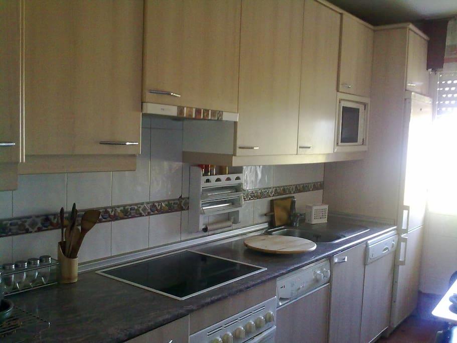 cocina equipada (microondas, horno, lavabajillas, lavadora, frigorifico muy amplio,...