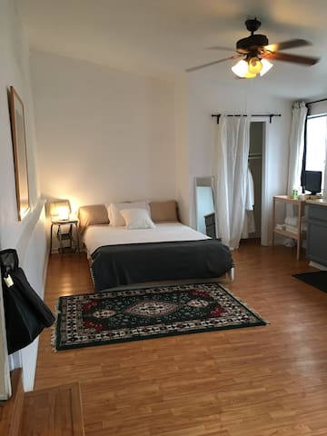 Oversized Guest Room w/ Kitchenette & shared bath - Los Angeles - Appartement