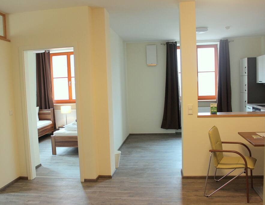 Hohe Räume und große Fenster mit großzügiger Raumgestaltung