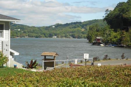 Home on Lake Waramaug - Ház