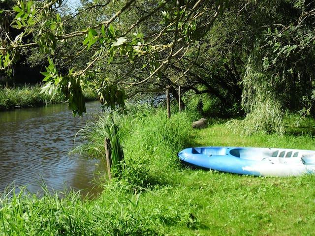 Cabane dans forêt +rivière +canoë. - Rouans - Alpehytte