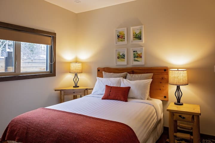 ROCKY MOUNTAIN room with queen bed, private room.