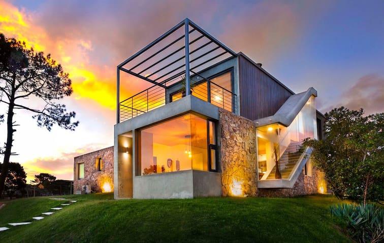 Casa de diseño. Gran vista! 1000 mts de terreno.