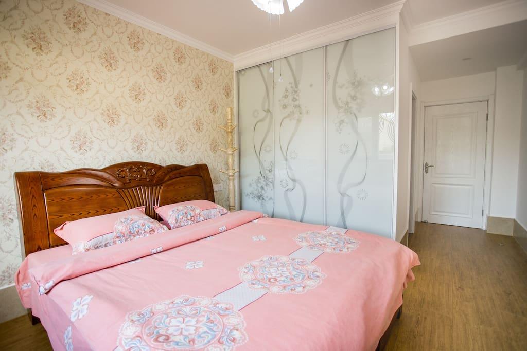 卧室,大床尺寸1.8*2.0,三门大衣柜。