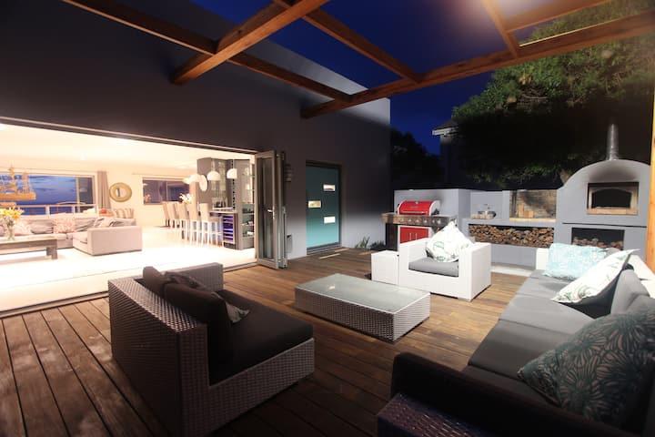 Shelly Beach House    beachfront & family-friendly