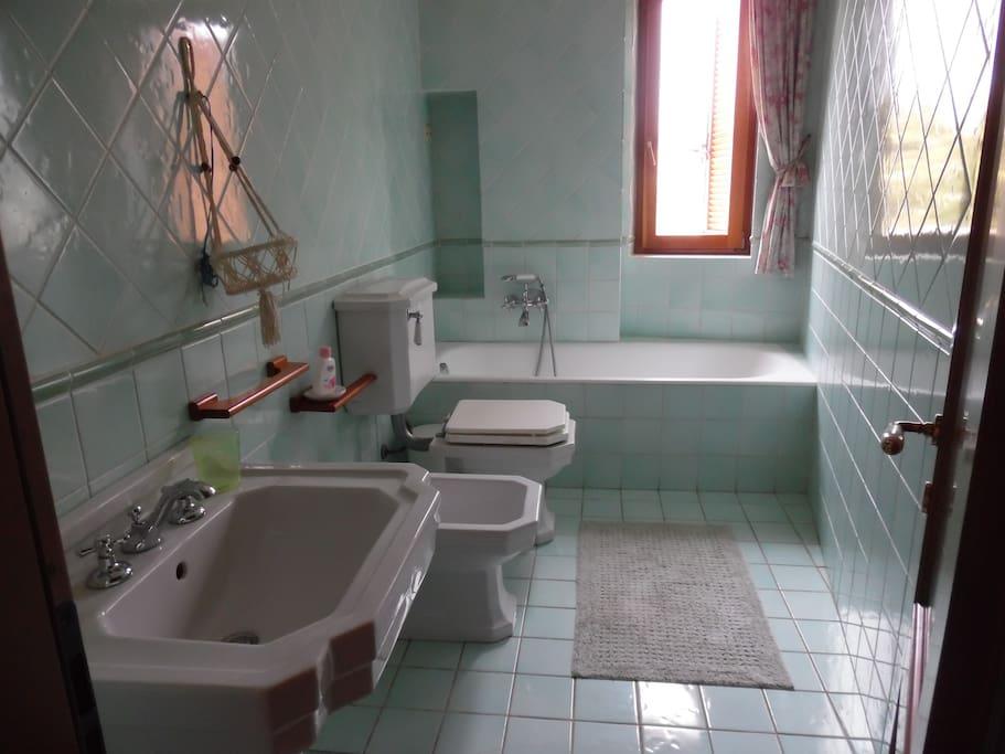 На втором этаже туалет с ванной