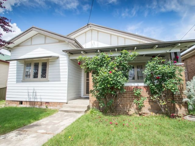 Family Friendly 1920s Cottage close to Main Street