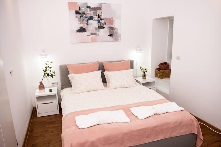 SoCal-Cozy modern apartment for a Brasov getaway!