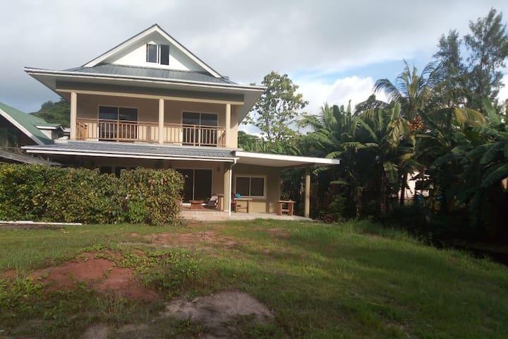 PRASLIN : Seychellois experience : Basil & family