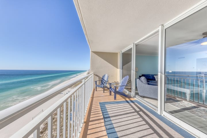 Light-filled beachfront condo w/ shared pool, hot tub & beach access!