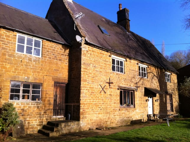 2 Large Double Bedroom in listed farmhouse - Hornton - Bed & Breakfast
