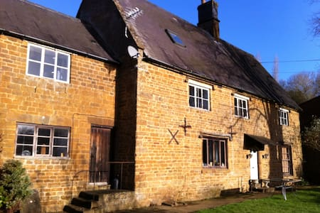 2 Large Double Bedroom in listed farmhouse - Hornton