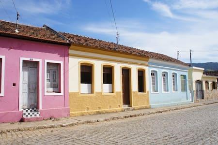 Casa Amarela no Centro de Passa Quatro - Passa Quatro