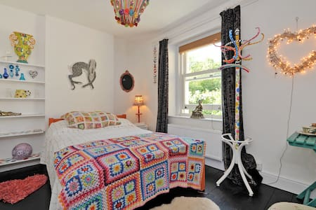Boho Artists Studio B&B nr Bath - Box