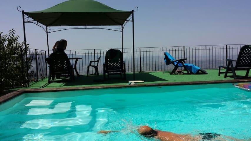 La piscina e la terrazza solarium