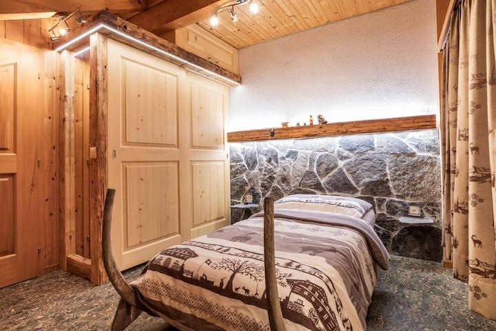 Rustikales Zimmer mit Aussicht auf Berg und See