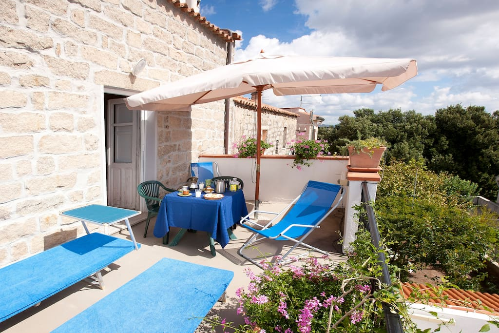 La Vignaredda - Residenza di Charme - Aggius -Umbertina Room: terrace with view, sunbeds, chaiselongues