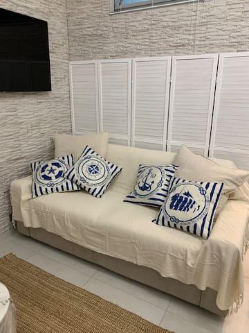 camera 3 in soggiorno con divano letto con materasso matrimoniale.