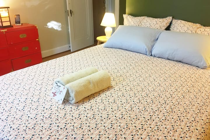 West Maple Room: New Queen-sized bed, Sunset view